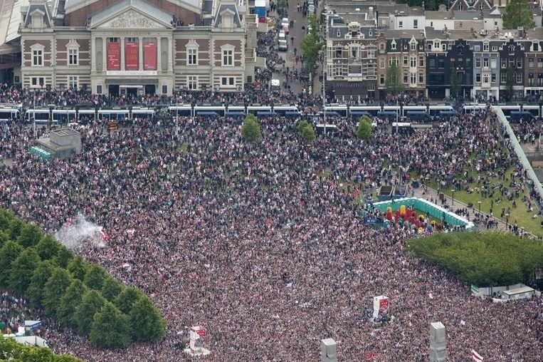 Luchtfoto van het Museumplein in Amsterdam dat zondag volstaat met feestende Ajax-fans. Foto Beeld anp