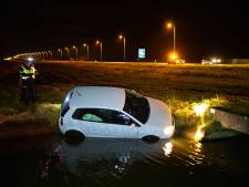 Auto belandt in water naast N50 bij Kampen