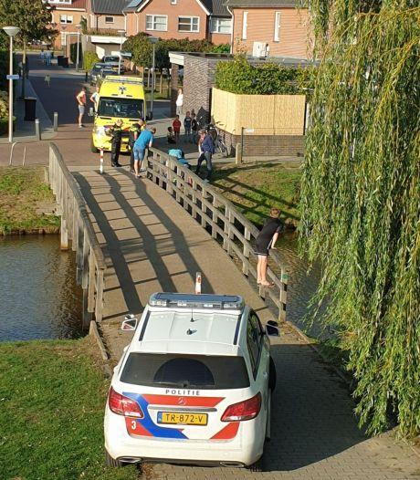 Kinderen schuiven buis door brugleuning in Rijssen: fietser gewond door val