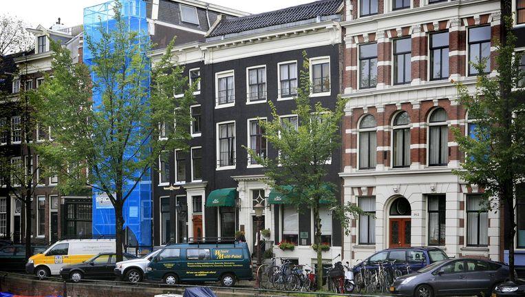 Hotel The Toren op de Keizersgracht (met de groene zonneschermen) Beeld Floris Lok