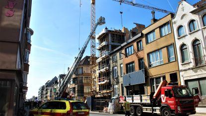 Betongewelf valt op woning tijdens bouwwerken: arbeider zwaargewond, dak ernstig beschadigd