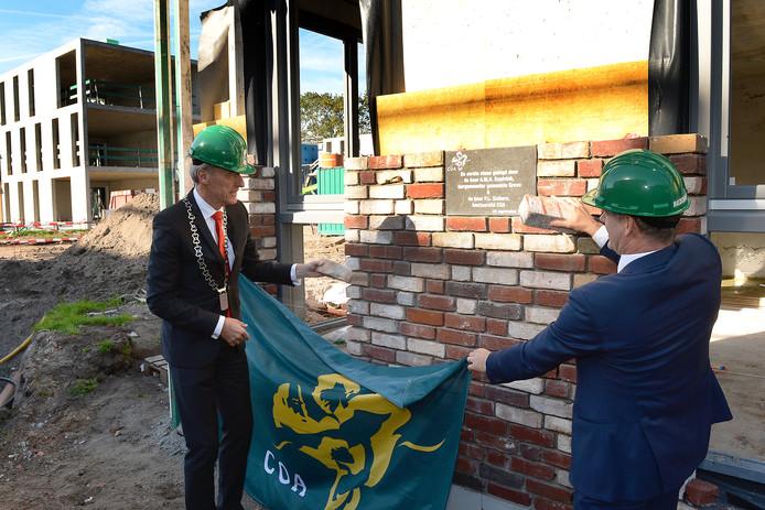 Burgemeester Lex Roolvink en Peter Siebers van het COA bij de 'eerste' steen voor nieuwe asielzoekerscentrum in Grave in 2015.