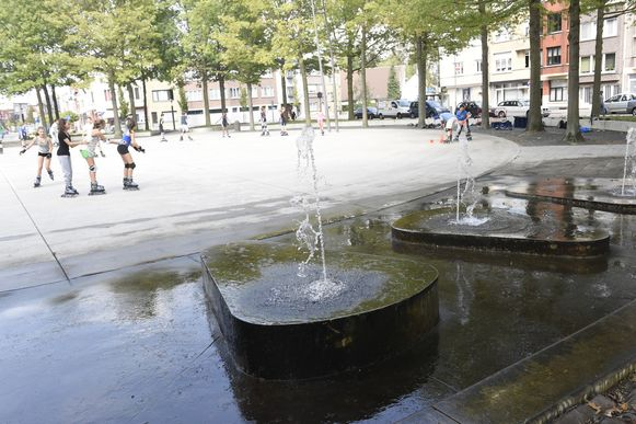 De fonteinen zijn smerig, en de stad en de onderhoudsfirma schuiven de verantwoordelijkheid op elkaar af.