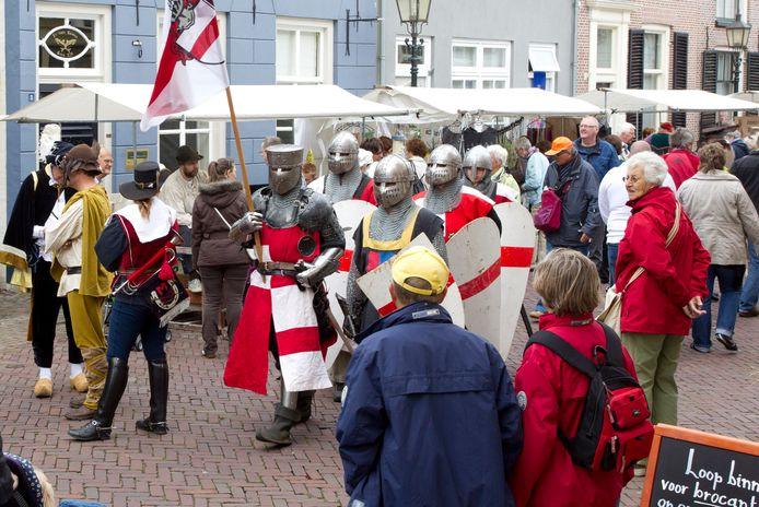 De Hanzefeesten, met ridders, kooplui en muzikanten op oude instrumenten, trokken door Doesburg.