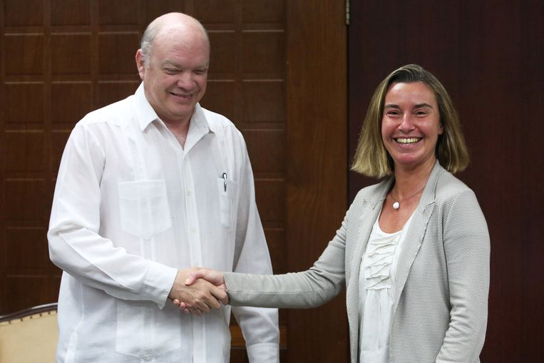 De Cubaanse minister van Buitenlandse Handel en Investeringen Rodrigo Malmierca schudt de hand van de hoge vertegenwoordiger voor Buitenlandse Zaken van de EU Federica Mogherini.