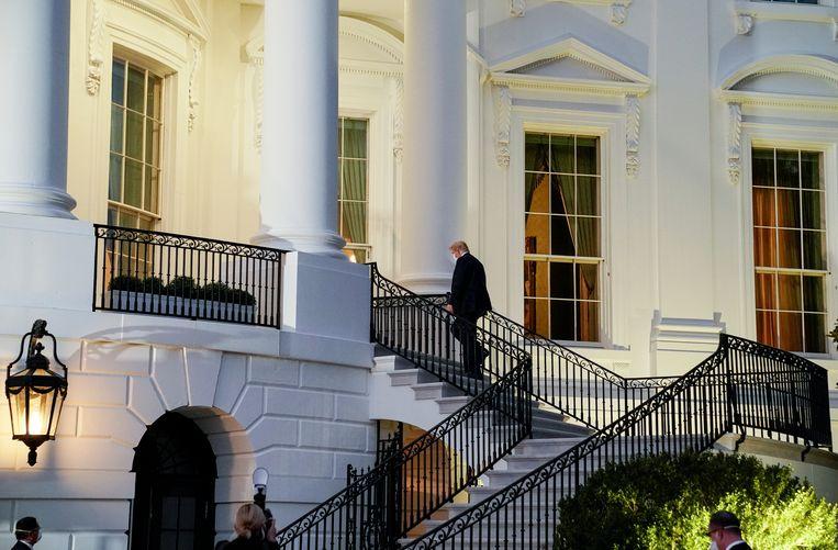 President Trump keert terug naar het Witte Huis na een vierdaagse behandeling voor het coronavirus. Beeld REUTERS