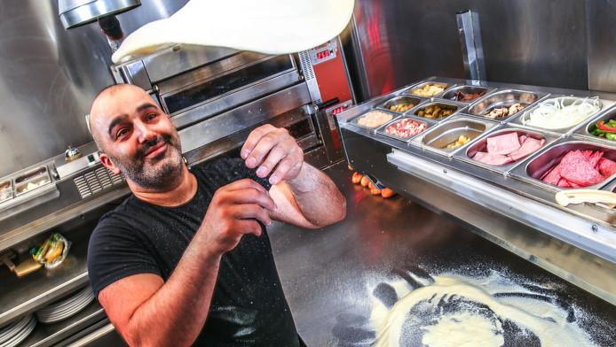 Eigenaar Tahir Yildirim van het Zwolse eetcafé