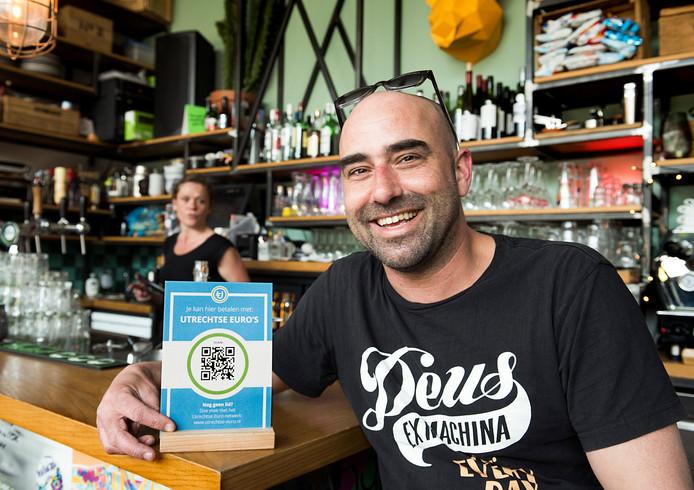 Kroegbaas Serge Veenendaal van cafe Klein Berlijn op Rotsoord, waar je met Utrechtse euro's kunt betalen