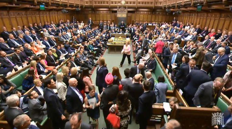 Leden van de Scottish National Party (SNP) verlaten het Britse Lagerhuis. Beeld AFP