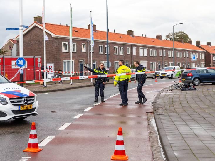 Fietsster belandt op voorruit auto in Oosterhout, stuur breekt af