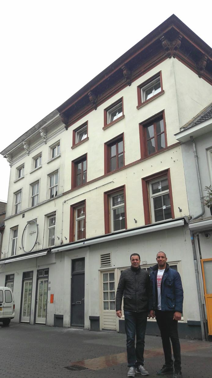 Nik Walther (links) en Valentijn Elmrabet voor het pand dat verbouwd wordt tot Winston B&B Eindhoven aan het Stratumseind.