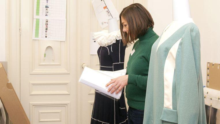 Cécile Narinx in het Allard Pierson Museum in Amsterdam, bij een jurk van Illustrious Imps. Beeld Stefanie Gratz