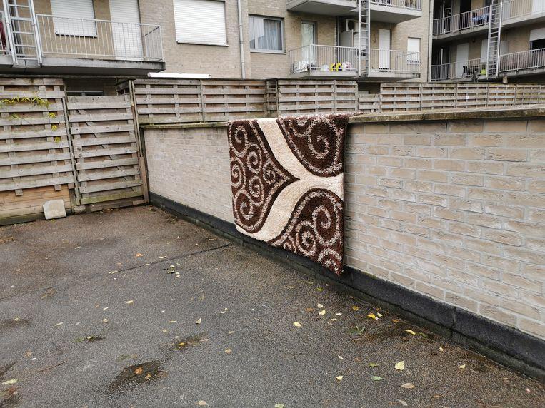Na de huiszoeking werd de mat waarop 'Jefke' jarenlang moest slapen, te drogen gehangen op de parking.