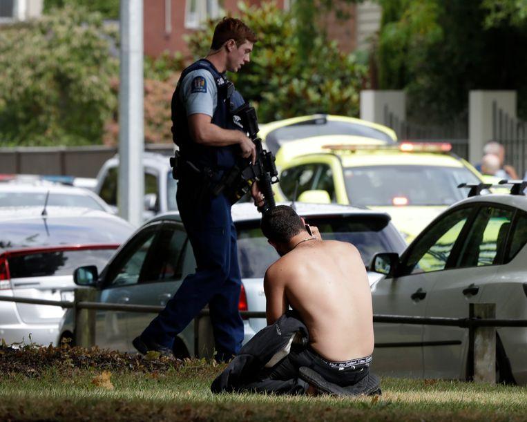 Een man aan de telefoon in de buurt van de moskee waar de schietpartij heeft plaatsgevonden.