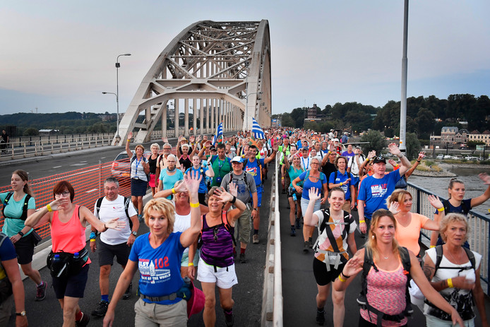 Wandelaars over de Waalbrug tijdens de eerste dag van de Nijmeegse Vierdaagse.