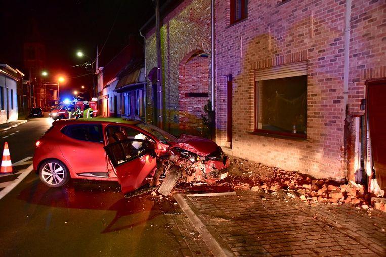 De bestuurder van een Renault Clio verloor de controle over het stuur en reed tegen een gevel van een woning in de dorpskom van Sint-Katharina.