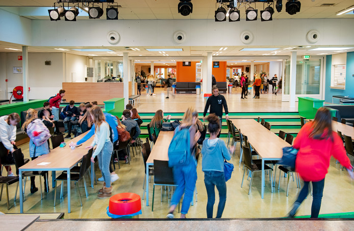 Leerlingen in de kantine van het Mondial College, gisteren tijdens de middagpauze.