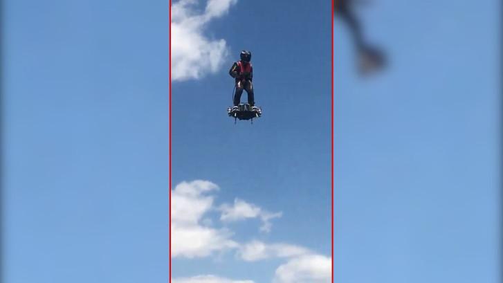 Deze man vliegt met 140km/u op zijn hoverboard