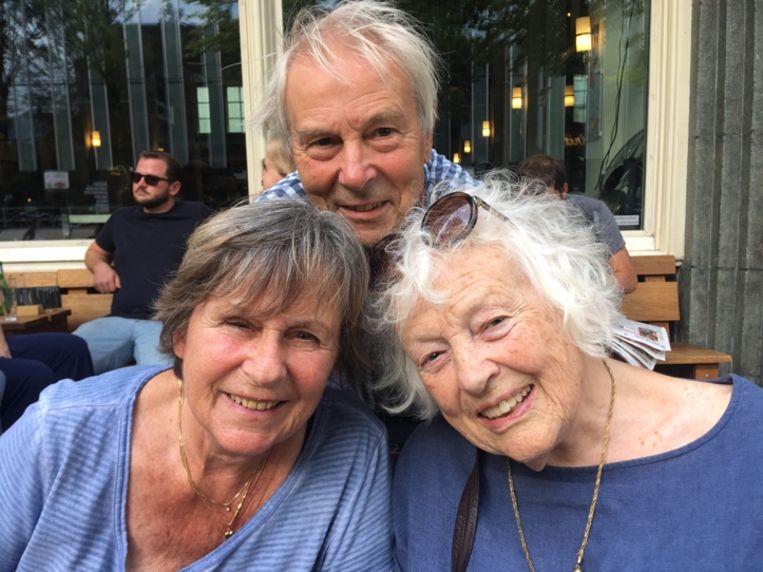 Psychiater/psychotherapeut Jaap van Luin (82), links, actrice en zangeres Margriet de Groot (81), rechts schrijver Marjan Berk (87). Beeld