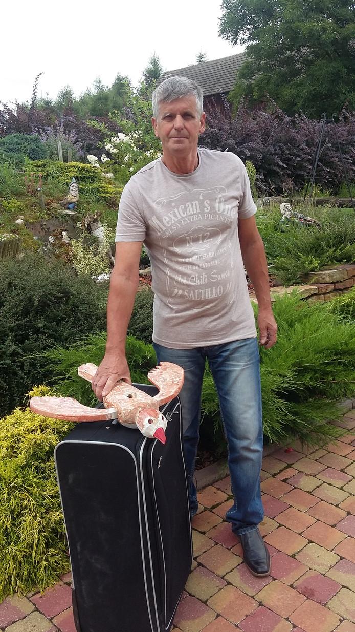 Jan met de vogel voor vertrek in Polen. Eigen foto