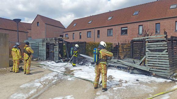 De tuinhuizen brandden volledig uit.