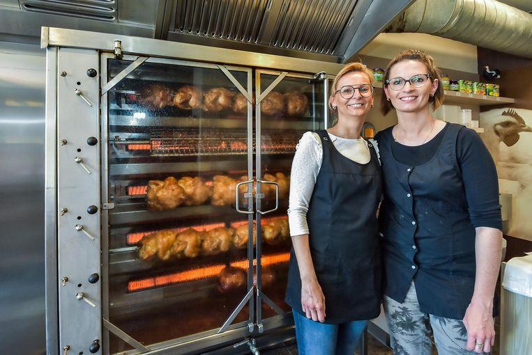 Maïka en Cyntïa in in 't Gilwes Kiekske in de Ieperstraat.