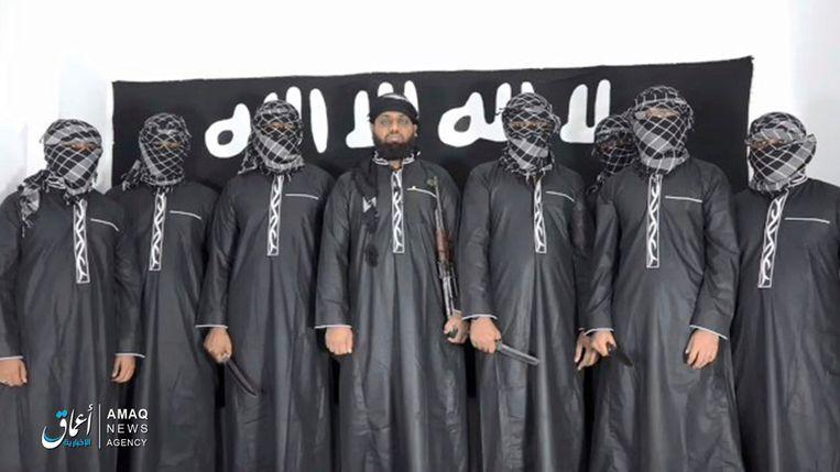 Een still van de video die door IS verspreid is, met de mogelijke aanslagplegers. Beeld AP
