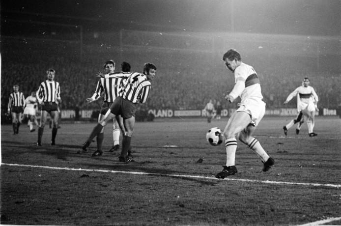 1968: Harry Heijen (voorgrond) in actie met ADO in het Europa Cup II-duel met FC Koln. De Duitsers wonnen met 3-0.