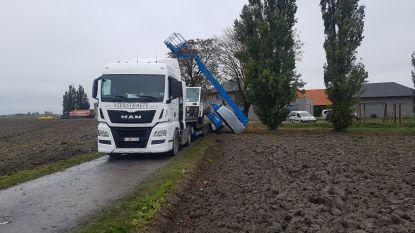 Hoogtewerker kantelt van vrachtwagen: 27-jarige man valt meters naar beneden en is zwaargewond