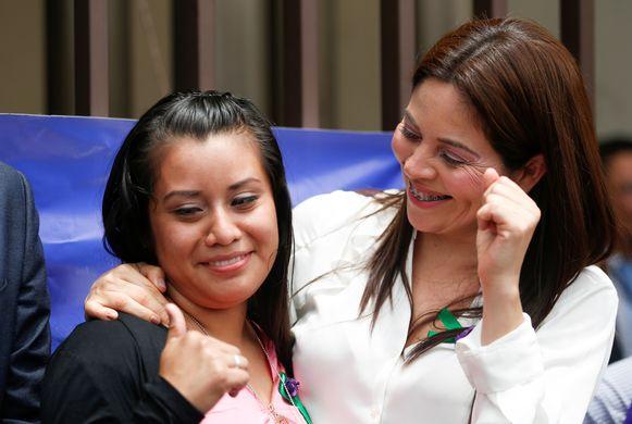 Evelyn Beatríz Hernández Cruz (links) viert de vrijspraak met haar advocate.