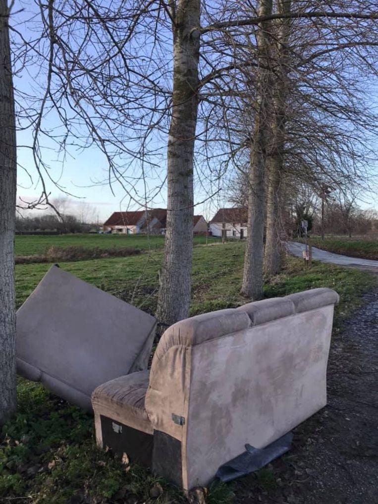Zetels gedumpt in de Watermolenweg in Wichelen