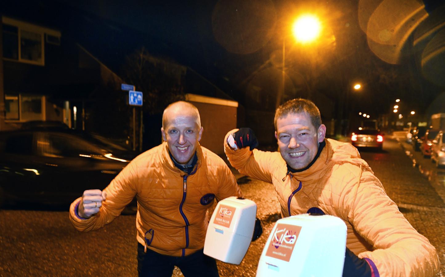 Marcel van Veldhuizen en Marcel Beijert collecteren voor KiKa in Veenendaal.