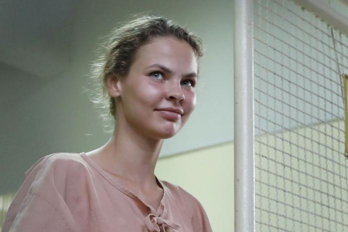 Direct na aankomst in Rusland zijn Anastasia Vasjoekevitsj en verleidingsgoeroe Alexander Kirillov opgepakt. Hen wacht mogelijk zes jaar cel.