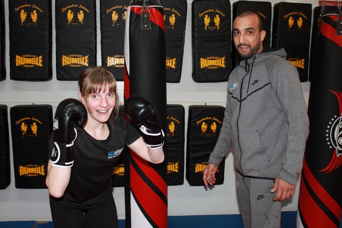 Léonie van Wingerden met haar personal trainer in de sportschool. Vanwege het coronavirus traint ze voorlopig maar thuis.