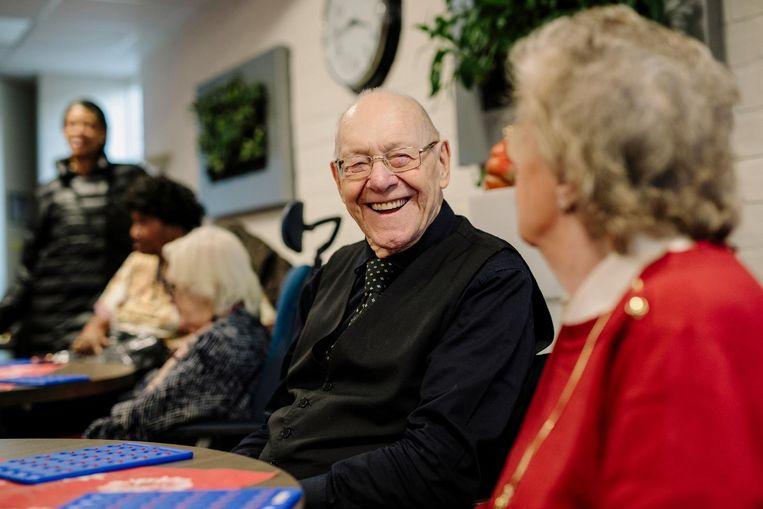 Aad Couwenbergh (90) bij de bingo. Beeld Marc Driessen