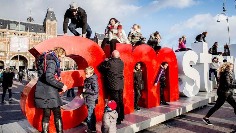 Bij de Iamsterdam op het Museumplein was het maandagmiddag wachten op een beurt om een foto te maken Beeld Jean Pierre Jans