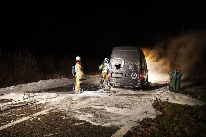 De brandweer maakte nog gaten in de bus om de inhoud te blussen. De deuren waren te heet om handmatig te openen.