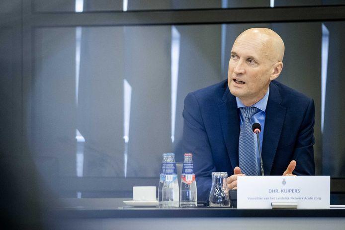 Ernst Kuipers van het Landelijk Netwerk Acute Zorg tijdens een technische briefing over de ontwikkelingen rondom het coronavirus in de Tweede Kamer.