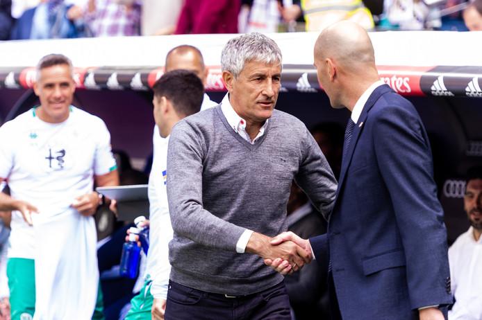 Quique Setién (midden) begroet Zinedine Zidane.