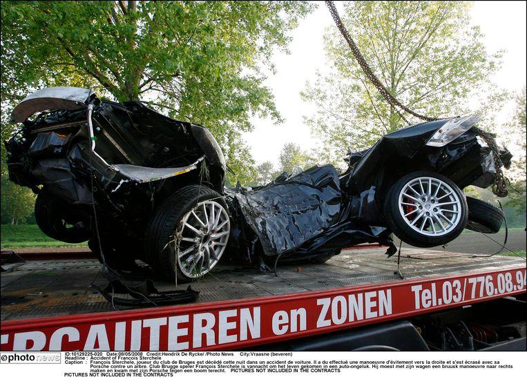 De Porsche van Sterchele werd herleid tot schroot.