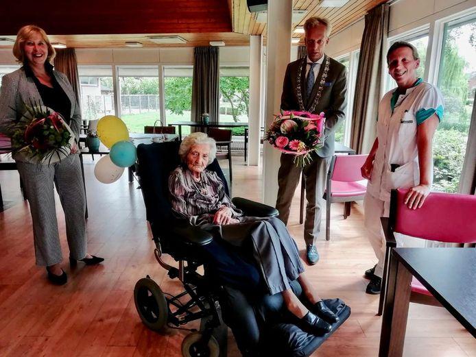 Mevrouw De Putter uit Leerdam werd verrast door burgemeester Sjors Fröhlich.