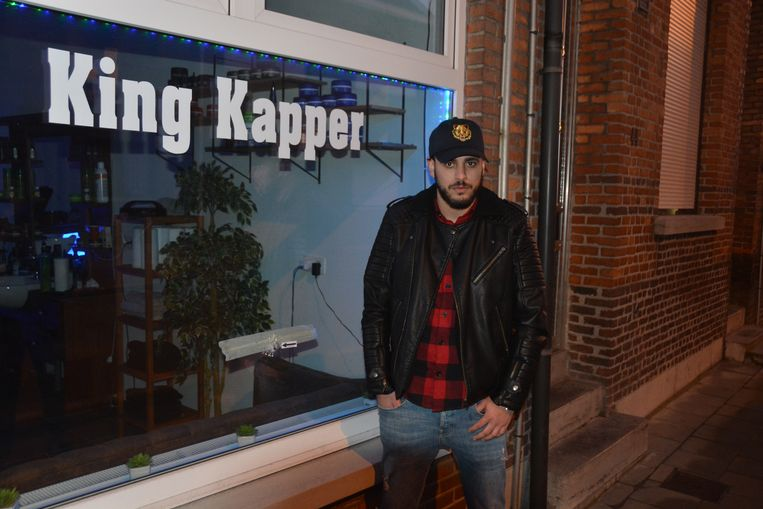 Kapper Mohammed Kaddouri bij het kogelgat in zijn vitrine.