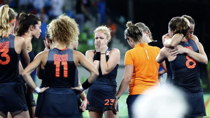 Margot van Geffen (midden) is zichtbaar teleurgesteld na de finale.