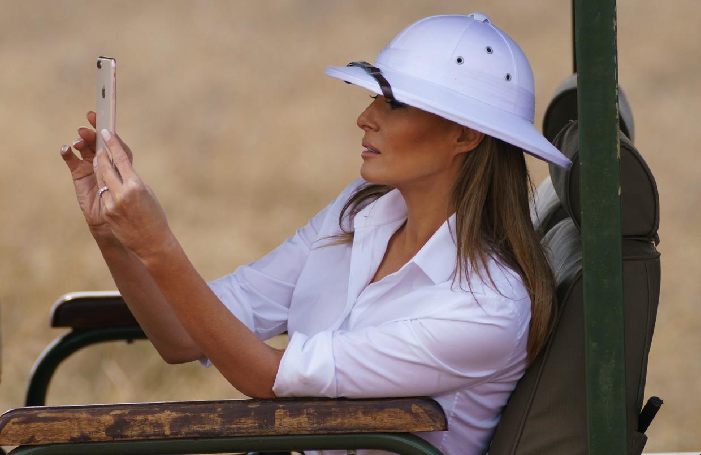 Melania Trumps 'koloniale helm' die zij droeg in Kenia leverde een wereldwijde storm aan kritiek op. Beeld null