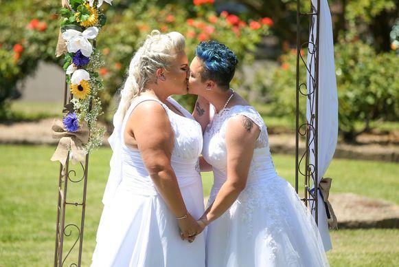 Amy Laker en Lauren Price waren het eerste holebikoppel dat in het huwelijk trad in Australie nadat het op 9 december vorig jaar gelegaliseerd werd. Het koppel, dat twee jaar verloofd was, kreeg speciale toestemming om al in december in het huwelijk te treden.