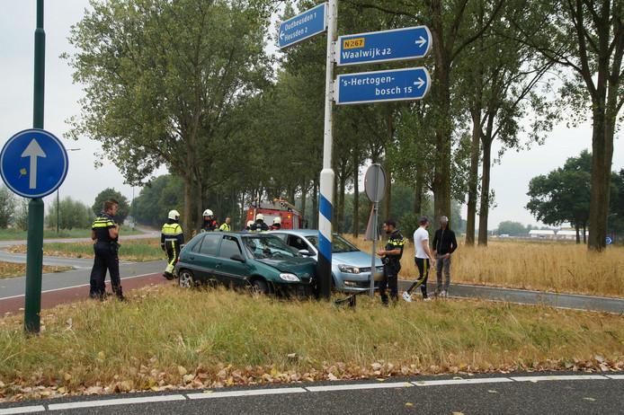 Auto glijdt van de weg bij Heusden.