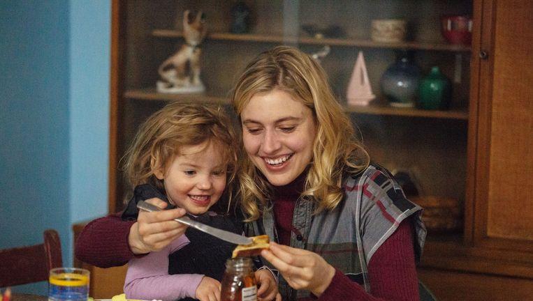 Greta Gerwig (r) als titelpersonage Maggie. Beeld Sony