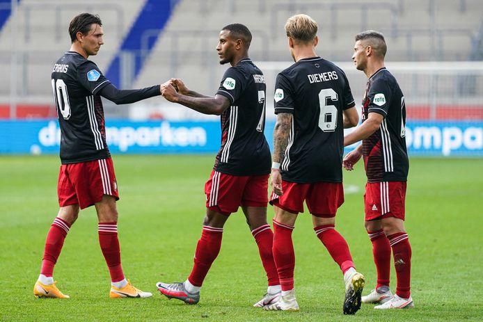 Spelers van Feyenoord vieren het tweede doelpunt tegen Duisburg.