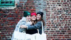 'Dan KAN 'K ER weer tegenaan': zusjes verkopen mutsen en draagtassen met ludieke teksten ter ere van overleden papa