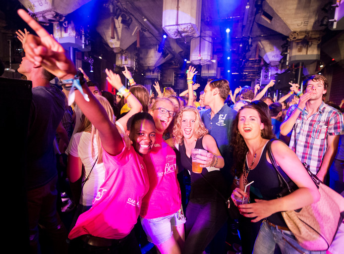 Ook studentenclubs kunnen een gooi doen naar een rol in een postcardvideo.